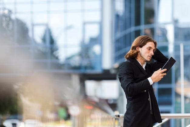 Hombre mirando una tableta de tiro medio
