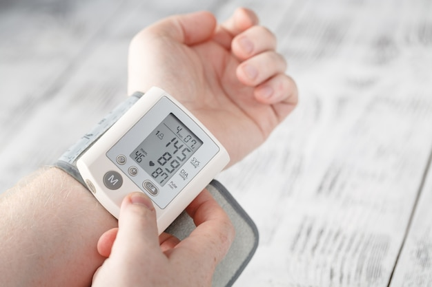 El hombre mismo midió su propia presión arterial en una muñeca