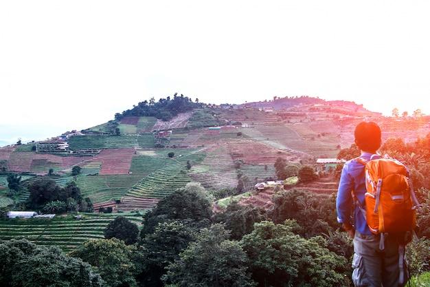 Hombre con mochila de senderismo en las montañas viaje estilo de vida en el campo norte, tailandia