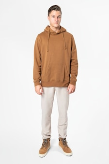 Hombre de moda en cuerpo completo de moda callejera con capucha marrón