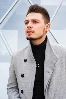 Hombre de moda en luz natural