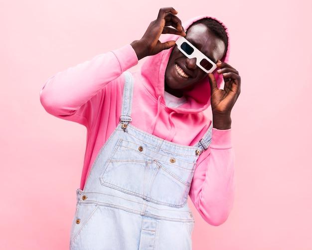 Hombre de moda posando con gafas 3d