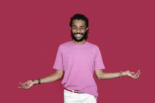 Hombre de moda con rastas posando
