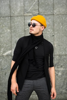 Hombre de moda en tiro medio
