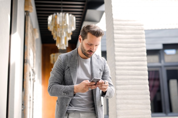 Hombre de moda usando es smartphone