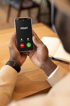 Hombre moderno comprobando su teléfono