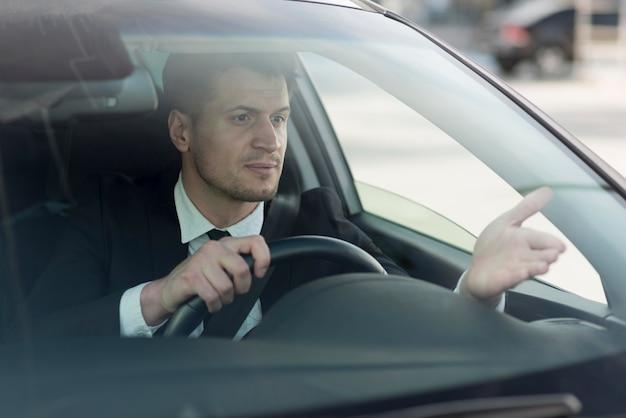 Hombre moderno conduciendo coche