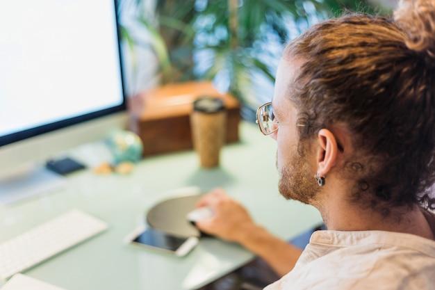 Hombre moderno en escritorio