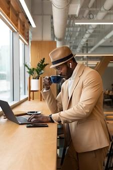 Hombre moderno haciendo negocios en una cafetería