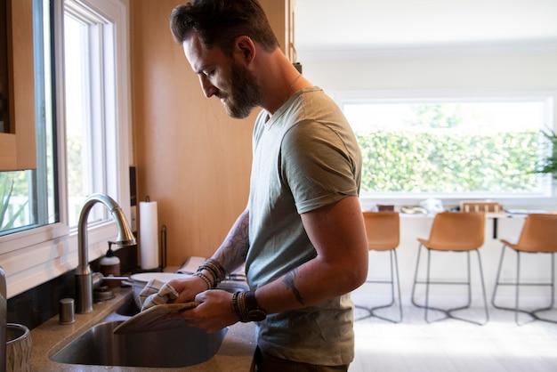 Hombre moderno pasar tiempo en la cocina