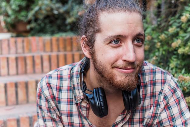 Hombre moderno sonriente al aire libre