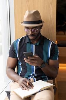 Hombre moderno trabajando en una cafetería solo