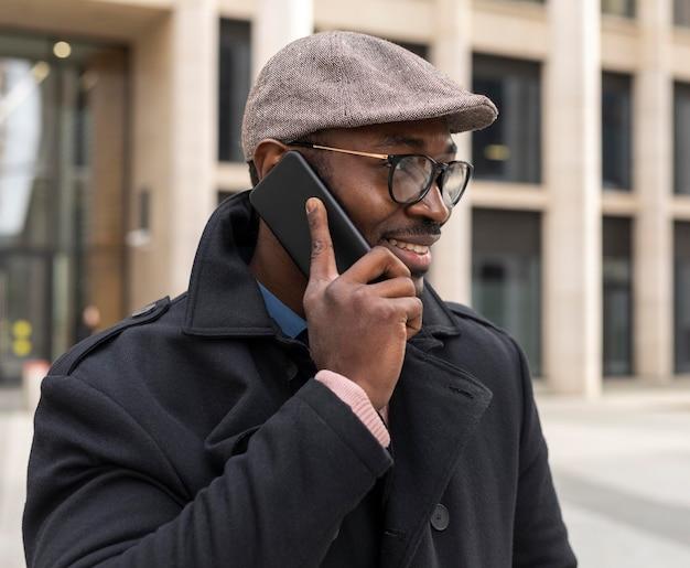 Hombre moderno usando su teléfono al aire libre