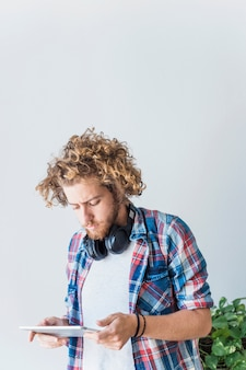 Hombre moderno usando tableta en casa