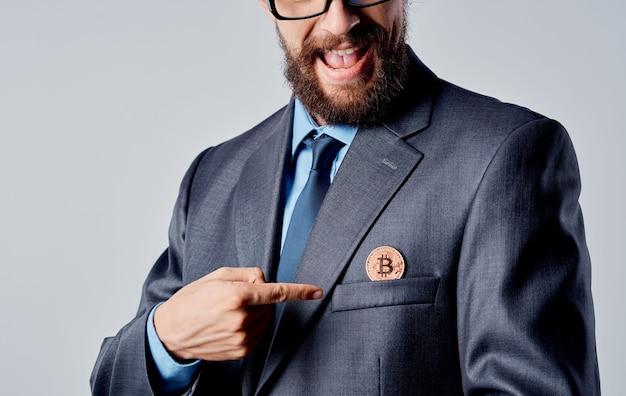 Hombre con monedas de oro cryptocurrency bitcoin tasa dólar