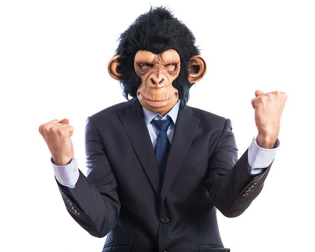 Hombre de mono afortunado sobre fondo blanco