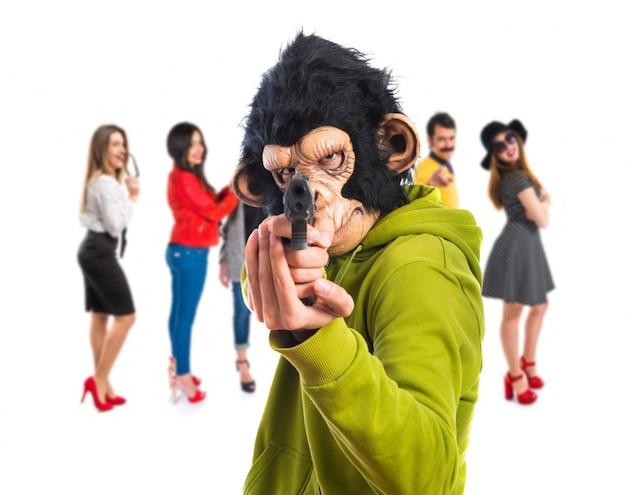 Hombre mono disparando con una pistola