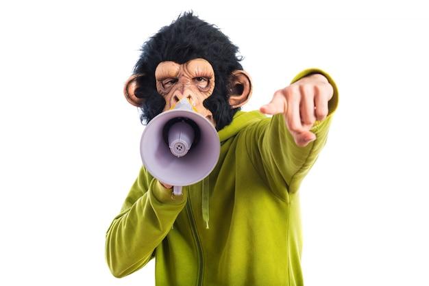 Hombre mono gritando por megáfono