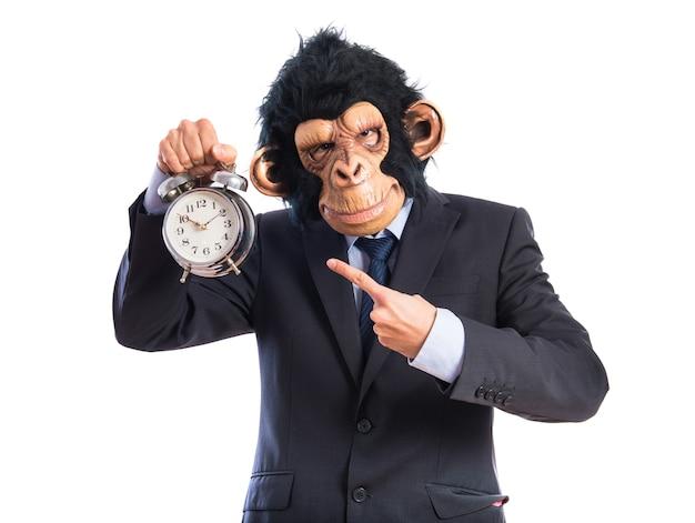 Hombre del mono que sostiene el reloj de la vendimia