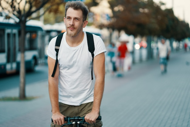 Hombre montando una bicicleta en una vieja ciudad europea al aire libre