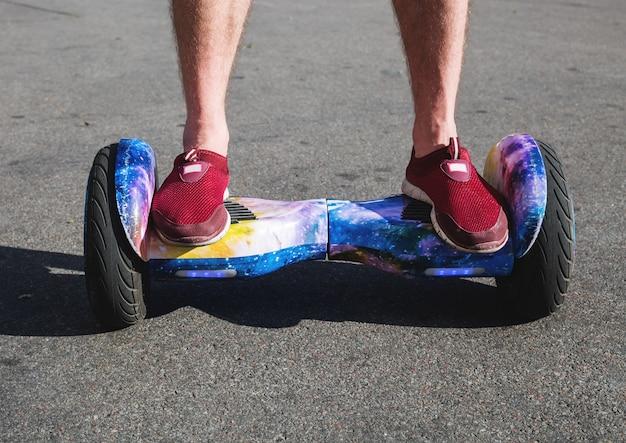 Hombre montando hoverboard, ciudad
