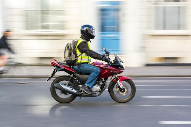 Hombre montando moto