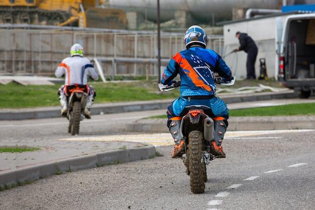 Hombre montando un motocross en un traje protector