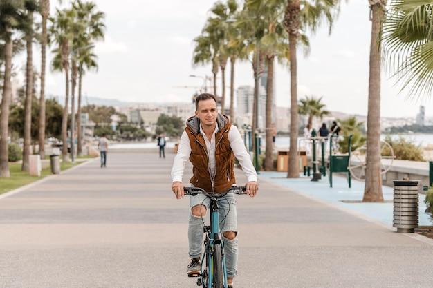 Hombre montando su bicicleta en la ciudad