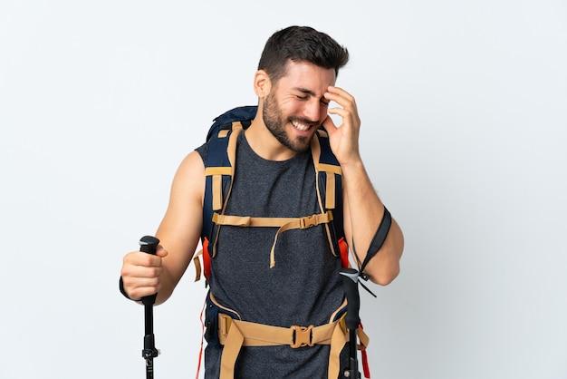 Hombre montañero con una gran mochila y bastones de trekking