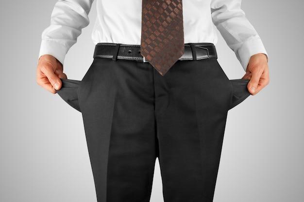 Hombre mostrando bolsillos vacíos