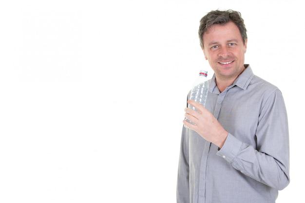Hombre mostrando una botella de plástico con agua fría y copia espacio