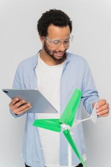 Hombre mostrando innovación en energía eólica