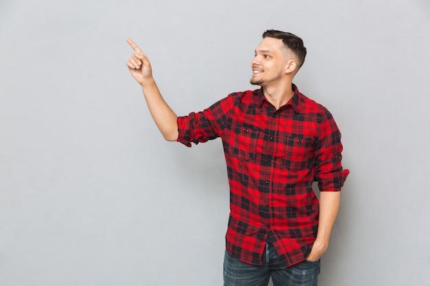 Hombre mostrando lejos con su dedo