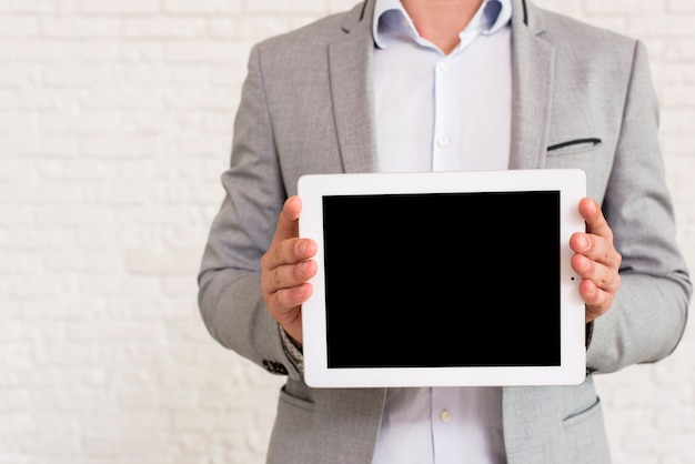 Hombre mostrando una maqueta de tableta