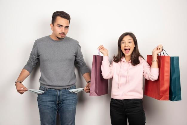 Hombre mostrando su bolsillo a su insistente amante.