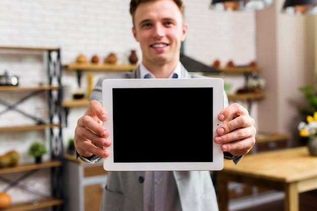 Hombre mostrando tableta a cámara maqueta