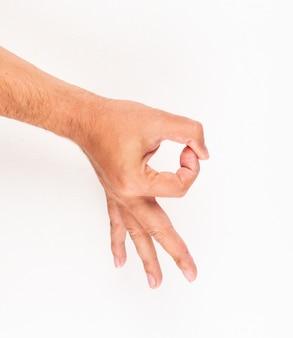 Hombre mostrando todo signo de mano bien, gesto. vista superior.