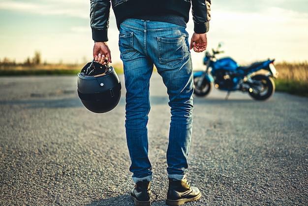 Hombre en moto deportiva al aire libre en la carretera