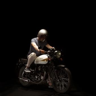 Hombre en motocicleta estilo cafe racer