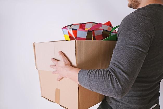 Hombre en movimiento llevando caja de carton