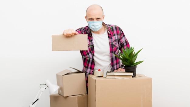 Hombre mudarse a una casa nueva