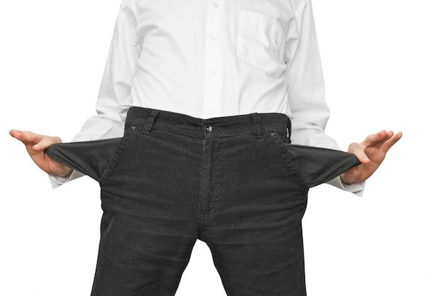 El hombre muestra los bolsillos vacíos
