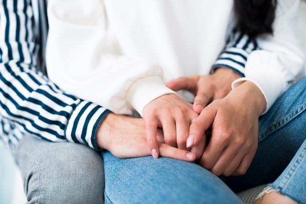 Hombre y mujer abrazando y sosteniendo cuelga