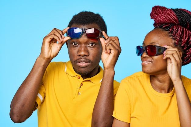 Hombre y mujer afroamericana posando en espacios de color