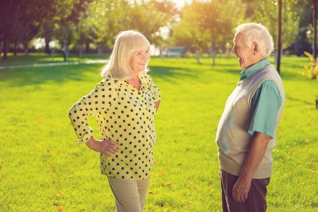 Hombre y mujer al aire libre.