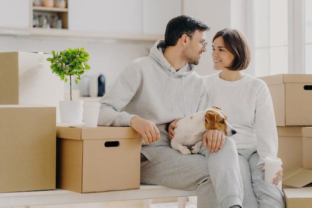 Hombre y mujer alegre se miran con amor