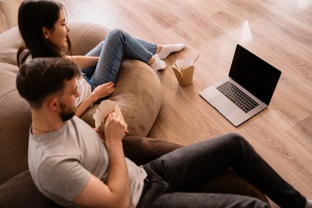 Un hombre y una mujer alegres pasan buenos momentos juntos en casa