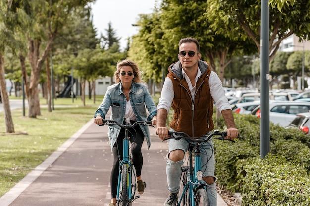 Hombre y mujer, andar en bici