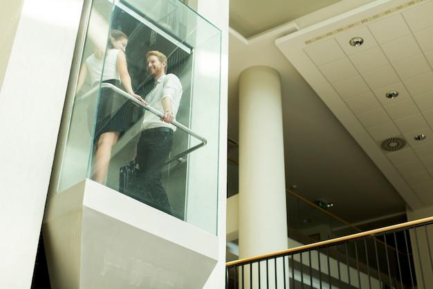 Hombre y mujer en el ascensor.