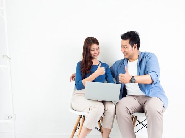 Hombre y mujer asiática hablando con la computadora portátil para negocios sobre fondo blanco.